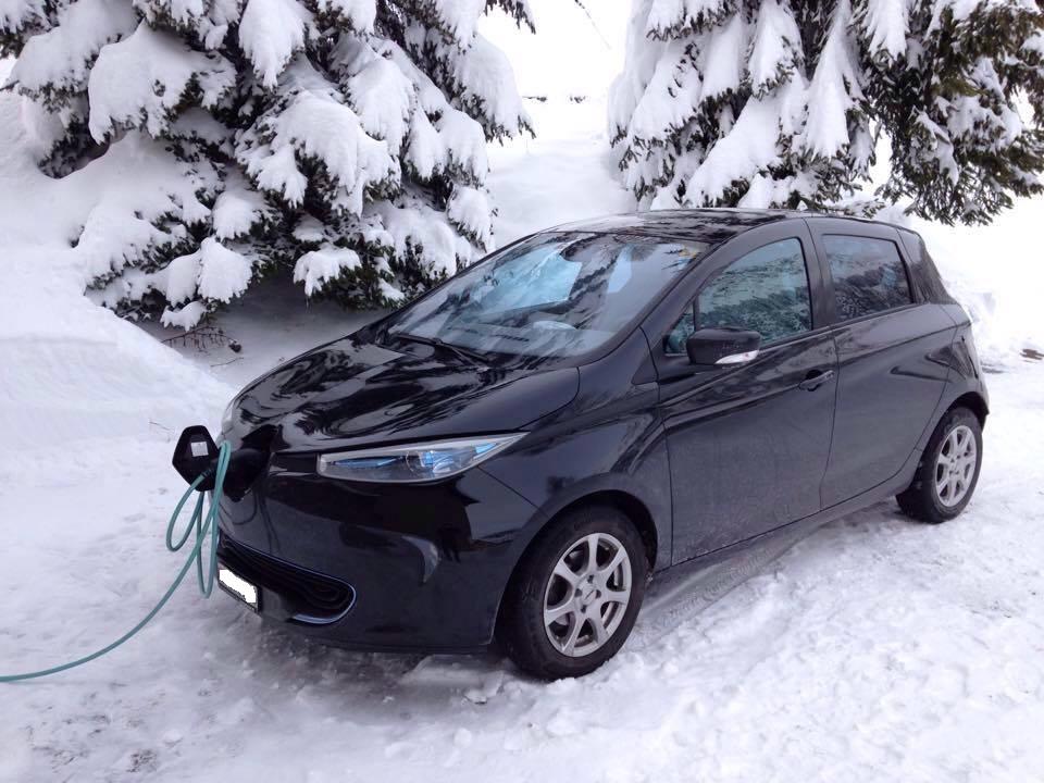 Renault ZOE nera sulla neve