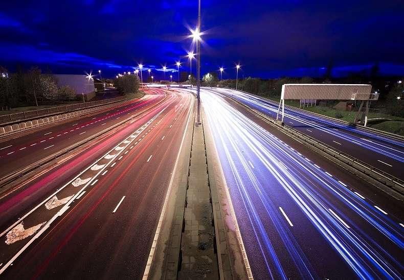 autostrada con ricarica wireless